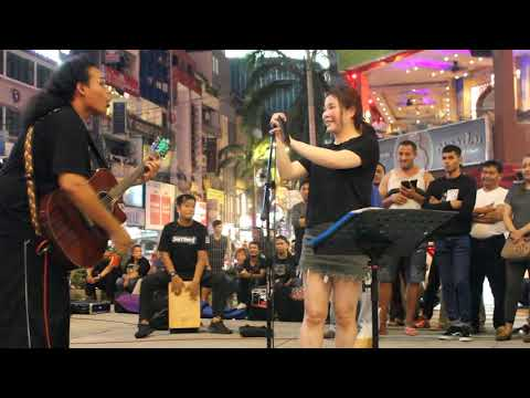 Penonton Jauh Dari Guangzho China Dipanggil Menyanyi