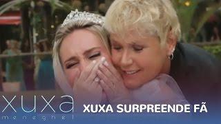 Xuxa aparece em casamento de fã