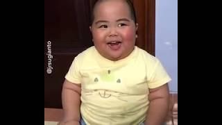 ضحكة طفل سمين مضحكة