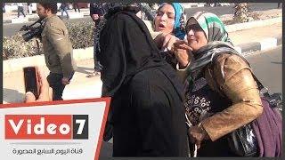 بالفيديو.. سيدة تحاول خلع نقاب إخوانية بعد الاشتباه فيها أمام أكاديمية الشرطة