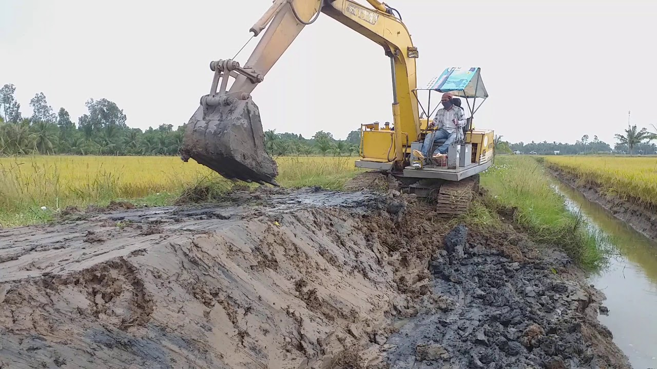 Xe cuốc tém sửa bờ vuôn tôm/excavator to renovate shrimp ponds combined with food crops in Vietnam