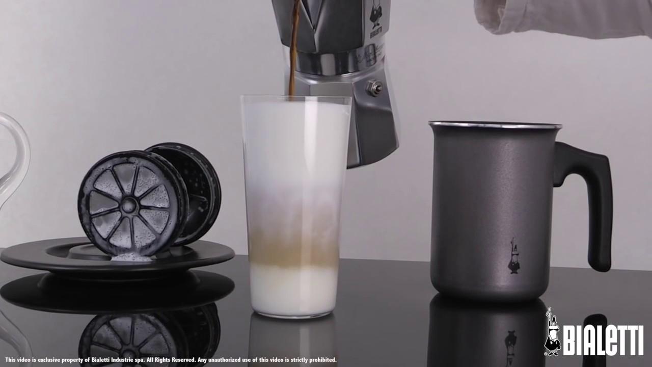 【Bialetti 比亞樂堤】雙層手打奶泡杯--操作示範 - YouTube
