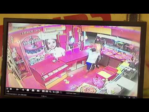 גבר תקף עובד פיצרייה ברחוב פפר בפתח תקוה