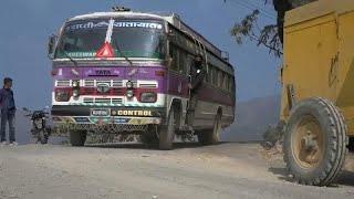 مقتل 23 شخصاً منهم طلاب في حادثة سقوط حافلة عن جرف شاهق في النيبال …