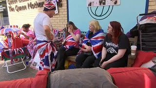 البريطانيون يحتفلون بمولد الأمير الجديد على طريقتهم