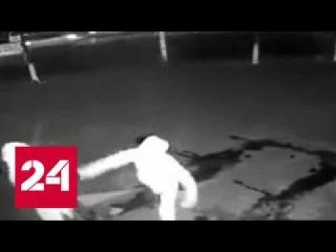 В Шанхае грабитель отправил подельника в нокаут - Россия 24
