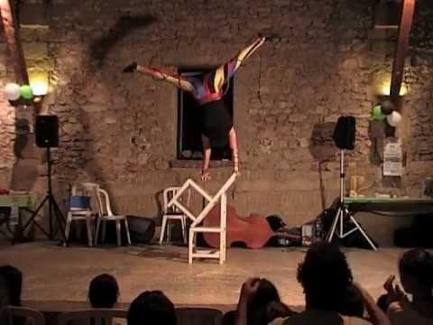 Spectacle cirque équilibre sur chaises - YouTube