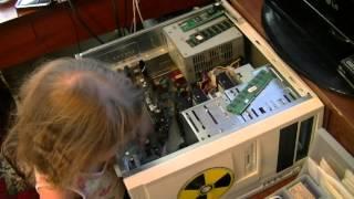 Девочка 2,5 года показывает из чего состоит компьютер