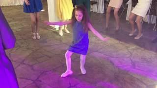 Танец девочки на свадьбе