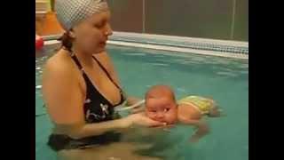 Грудничковое плавание с дочкой в два месяца