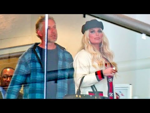 Jessica Simpson Is Amazed By Lack Of Fans At LAX As She Goes On Romantic Vacay With Hubby
