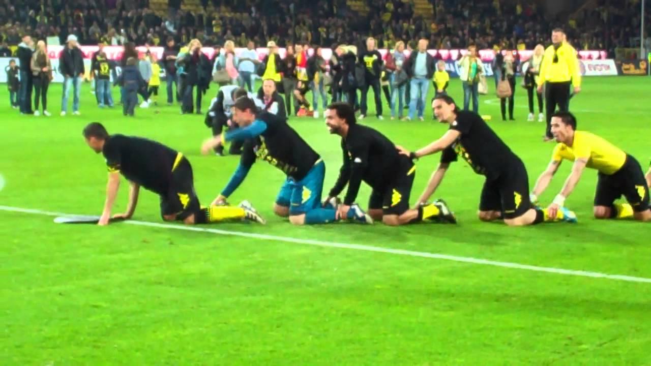 Spielerraupe nach dem Sieg gegen Mönchengladbach