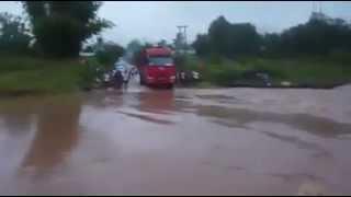 Китайские дальнобойщики в Уссурийске учатся плавать.