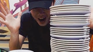 Xuân Trường ăn hết 35 đĩa bánh ướt trong lúc Hồng Duy phải chạy bàn