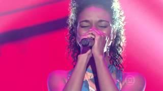Cris Silva canta