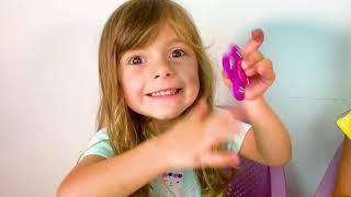 Laurinha Finge Brincar de Caça aos Ovos Surpresa Gigante e abrindo brinquedos para crianças