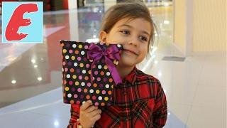 ემილია დედიკოს ურჩევს და ჩუქნის საჩუქარს ვალენტინობას. 14 თებერვალი წმინდა ვალენტინის დღე