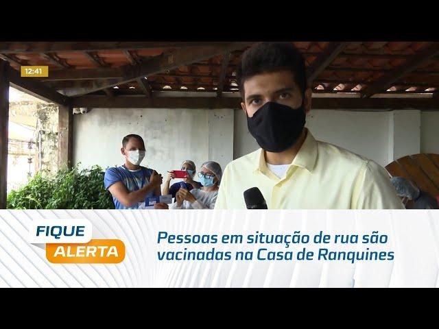 Pessoas em situação de rua são vacinadas na Casa de Ranquines, no bairro do Farol