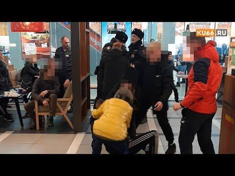 """Пьяные """"дети"""", оккупировавшие кафе в ТЦ, вступили в борьбу с полицией."""