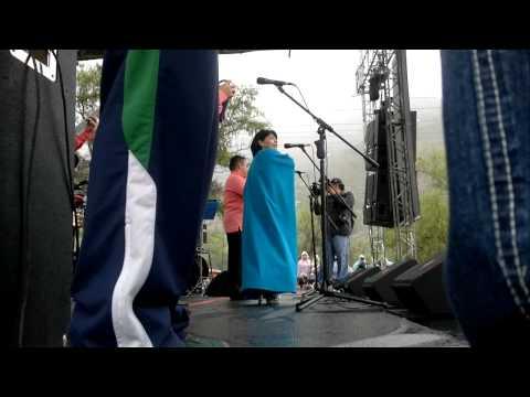 la india Meliyara en paute cantando
