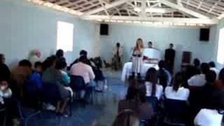 Sheyene cantando na igreja de Santana da Vargem