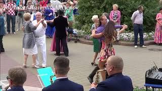 Загорелая девушка шикарно танцует ВАЛЬС!!! СМОТРИТЕ!!!