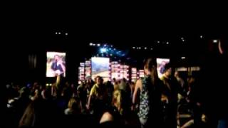 blake shelton talking to the crowd at 2010 cma fest