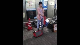 高橋友里さんの路上ライブの模様です。