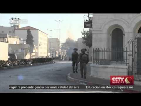 Jóvenes palestinos se enfrentan con las fuerzas israelíes