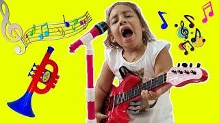 Maria Clara finge brincar com instrumentos musicais e acorda o papai - MC Divertida