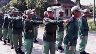 VIDEO LATIHAN BARIS BERBARIS LINMAS YANG MENGUNDANG TAWA