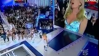 Repeat youtube video 생방송 여자 진행자 가슴 노출 Announcer Breast Exposed on LIVE TV show