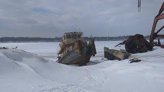 Подъем на берег затонувшего судна в Костроме.
