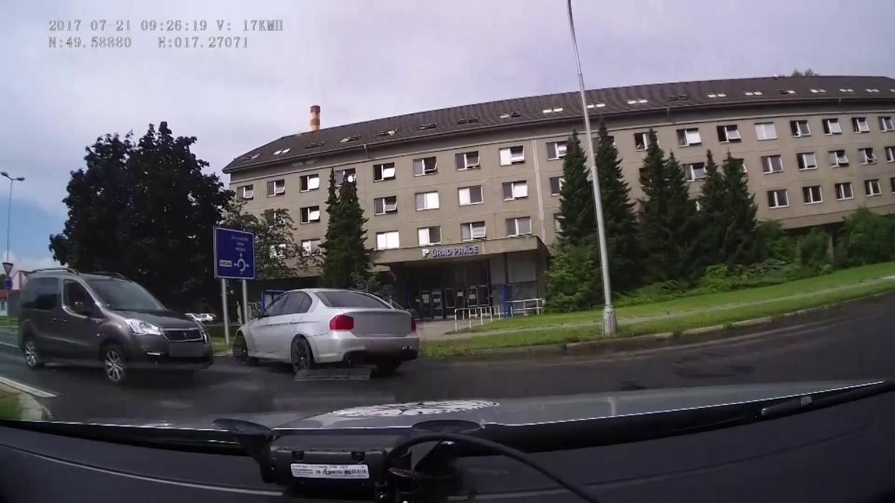 PČR: Policistům v Olomouci ujížděla posádka BMW - YouTube