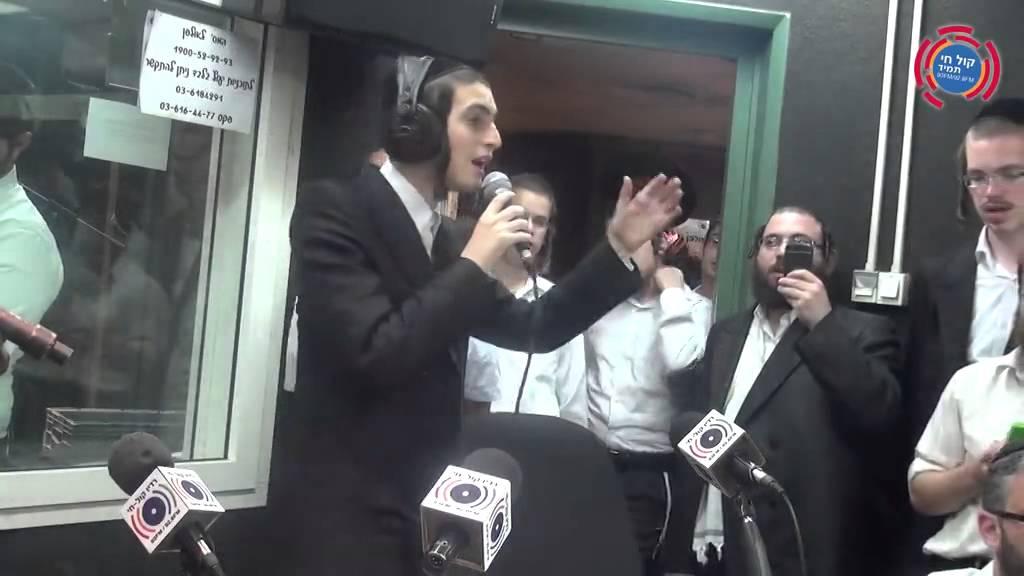 מוטי שטיינמץ שר במוצ''ש חי Motty Steinmetz Singing At Radio Kol Chai