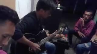 Fildan Rahayu bermain gitar di Asrama Buton Makassar sebelum memgikuti audisi di Makassar