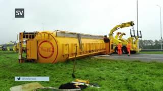 Berging gekantelde vrachtwagen geladen met veevoer A50 Epe - ©StefanVerkerk.nl