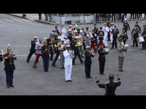 Francia, 14 luglio: la parata la banda suona brano dei Daft Punk