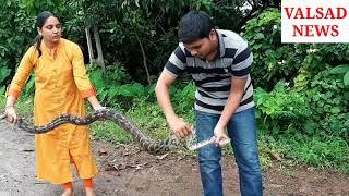 વલસાડઃ કુંડી ગામ માં માતા તેના પુત્ર ને સાપ પકડવાની તાલીમ આપે છે. જુઓ વિડિયો.