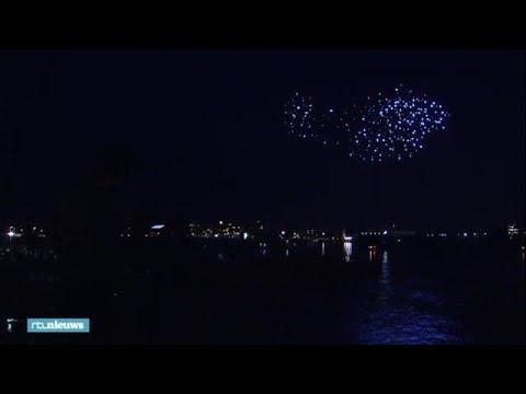 Lichtshow boven Amsterdam: honderden drones voeren - RTL NIEUWS