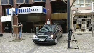 El coche de la funeraria entra al hotel a recoger el cadáver de la niña de 5 años