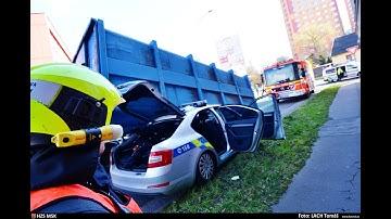 Dopravní nehoda - pád kontejneru na automobil Policie ČR v Ostravě - zásah hasičů