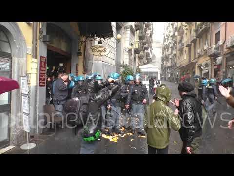 Scontri tra polizia e disoccupati che contestavano Zingaretti e il pd