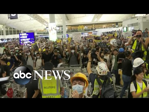 Pro-democracy protests turn violent as Hong Kong airport cancels flights again | ABC News