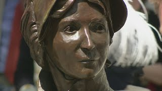 Jane Austen celebrated in money and with statue 200 years on