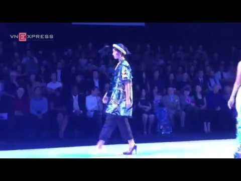 Người mẫu catwalk một chân vì đánh rơi giày