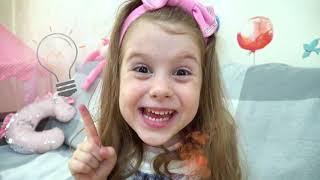 تتظاهر إيفا وأمي باللعب ، قصص مفيدة للأطفال حول كيفية طهي أفضل الحلويات الصحية الملونة