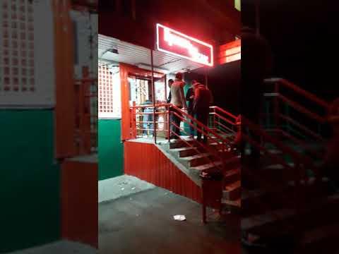 После закрытия магазина сотрудники пьют после работы в магазине