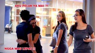 CEWEK CANTIK INI BERANI PELUK COWO GAK DI KENAL !!! SETELAH BUKA PUASA !!!