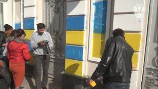 Активісти пофарбували паркан Порошенко. Повна версія